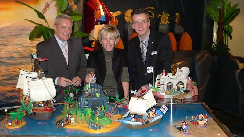 Playmobil-Geschäftsführerin Andrea Schauer, Entwicklungsleiter Berhard Hane und kaufmännischer Geschäftsführer Steffen Höpfner schicken ihre Playmobil-Männchen auf Schatzsuche, allerdings haben auch fiese Piraten die gleiche Idee.