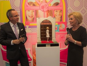 Liz Mohn und Mattel Geschäftsführer Stephan Tahy bei der One of a Kind Überreichung auf dem Mattel-Messestand in Nürnberg.
