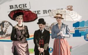 """Charlie Chaplin und adrette Damen der feinen Gesellschaft um die Jahrhundertwende empfingen die Gäste zu Beginn der abendlichen Zeitreise """"111 Jahre VEDES"""